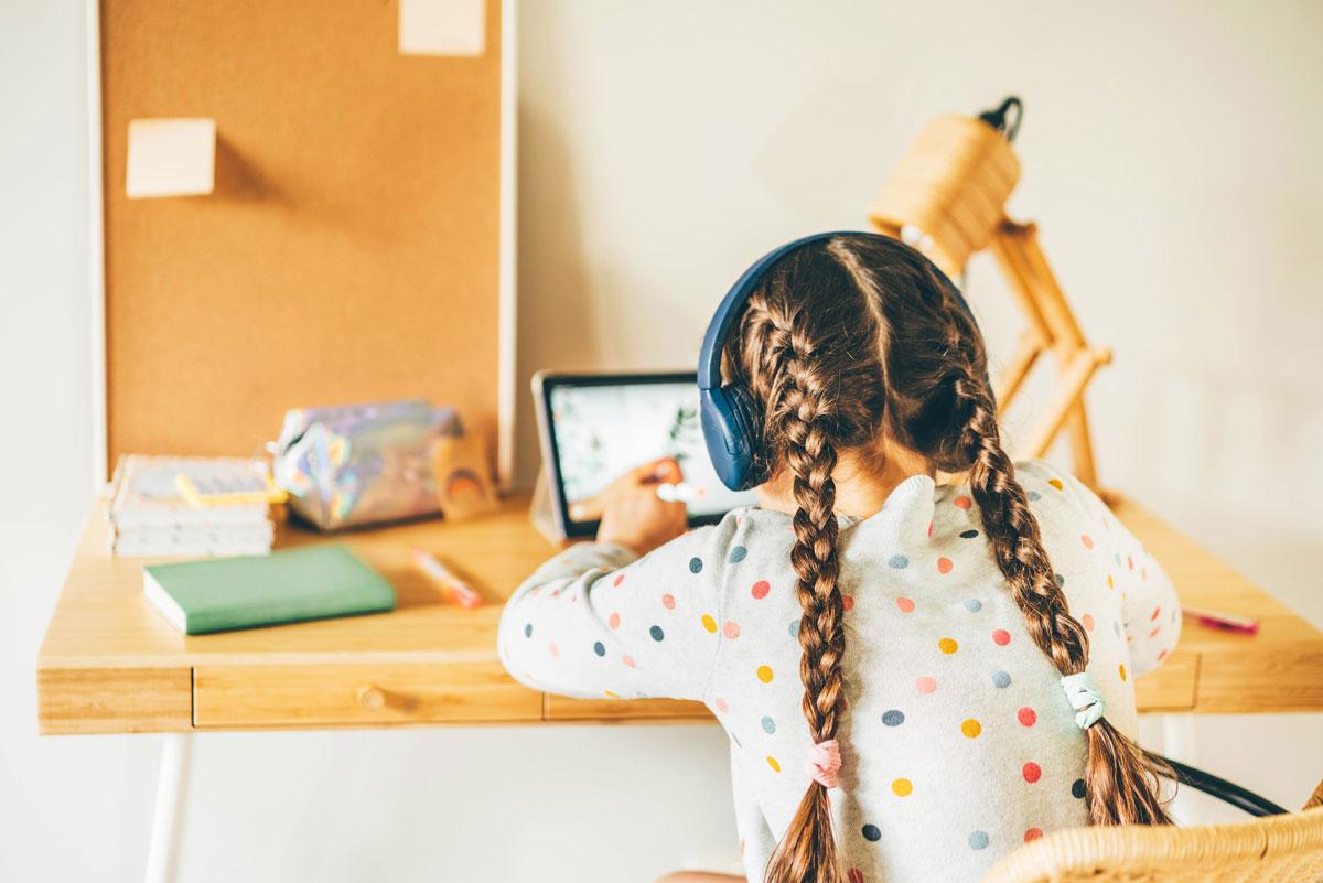 niña haciendo homeschooling