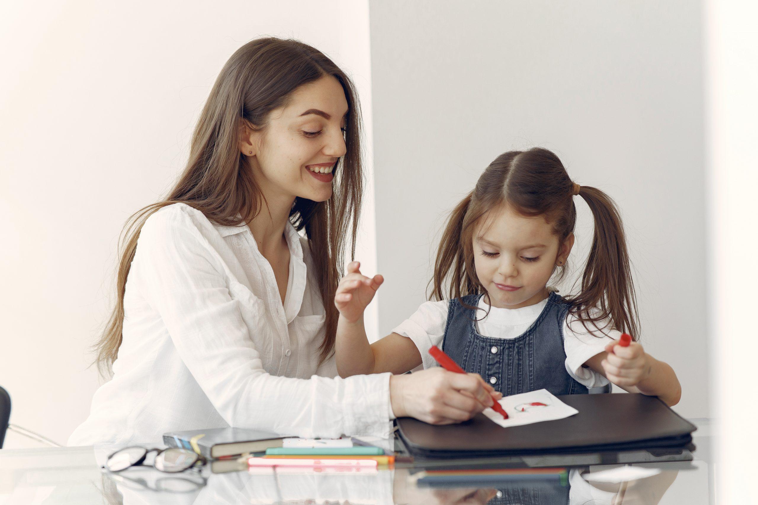 madre haciendo homeschooling con su hija