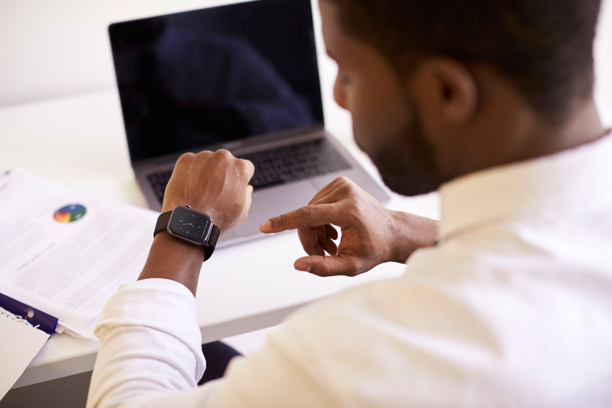 trabajador registrando su horario a tiempo parcial